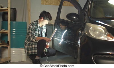 lampe, mécanicien, porte, voiture, ultra-violet, inspecte