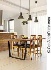 lampes, au-dessus, table bois, et, chaises, dans, minimal, clair, salle manger, interior., vrai, photo