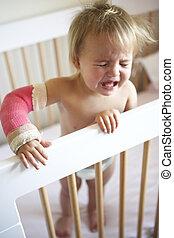 lançar, toddler, braço, chorando
