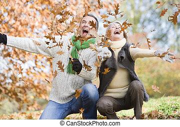 lancement, couples aînés, feuilles, air