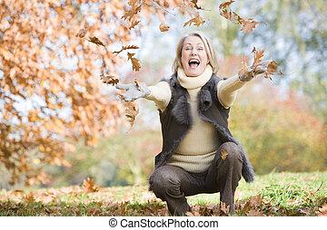 lancement, feuilles, personne âgée femme, air