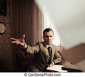 Archivio fotografico di uomo affari arrabbiato rumples for Piani di caverna di garage uomo