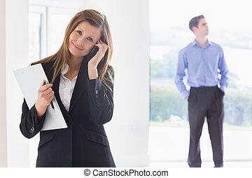 landgoed agent, op telefoon, terwijl, man, beslissen