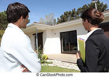landgoed agent, over, om te tonen, klant, ongeveer, eigendom