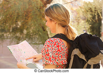 landkarte, rucksack, frau, junger, zeigen