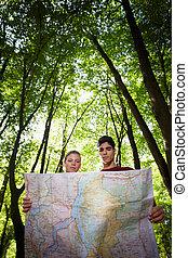 landkarte, treck, paar, junges schauen, während