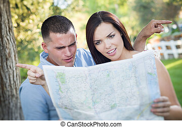 landkarte, verloren, paar, verwirrt, schauen, draußen, rennen, gemischter, aus
