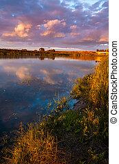 landscape, met, een, rivier, aanzicht, en, purpere zonsondergang, sky., weerspiegelde in, de, water, van, de, wolken