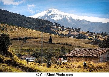 Landschaft Ekuadors mit Blick auf den Cotacachi Vulkan -...