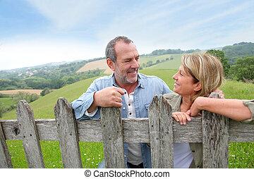landschaft, paar, älter, zaun, lehnend