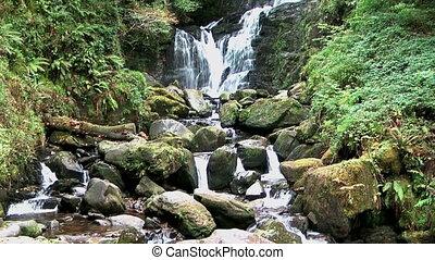 landschaftlich, wasserfall, in, irland