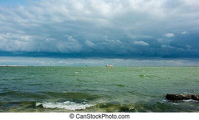 landschaftsbild, mit, regen- wolken, aus, der, meer