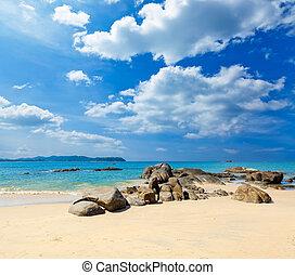 landschaftsbild, mit, weißer strand, der, meer, und, der, schöne , wolkenhimmel, in, der, blauer himmel