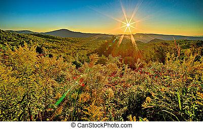 landschaftsbild, sonnenaufgang, an, brauner, berg, übersehen