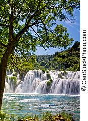 landschaftsbild, von, a, wasserfall, in, krka, nationalpark, in, kroatien