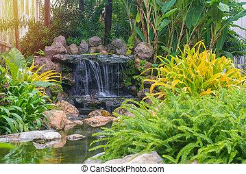 landschaftsbild, von, schöne , wasserfall, in, kleingarten, an, öffentlicher park