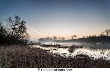 landschaftsbild, von, see, in, nebel, mit, sonne, glühen, an, sonnenaufgang