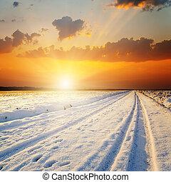 landschap., winter, op, sneeuw, ondergaande zon , straat