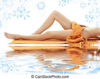 lange benen, van, meisje, met, sinaasappel, baddoek, op wit,...