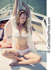 langerie, branca, mar, bote, vela, sentando, mulher, bonito, vista, desgastar