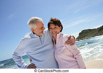 langs, senior, wandelende, strand, paar