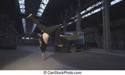 langsam, seine, begriff, breakdance, verlassen, tanzen, gesunde, auf, junger, indoor., hand bewegung, lifestyle., springende , aktive, schließen, kerl, mann, kaukasier, gebäude.