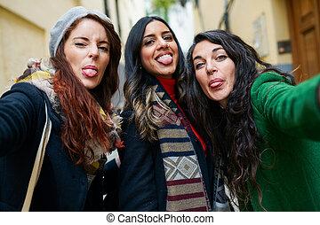 langues, femme, groupe, dehors, photo, collage, prendre, leur, selfie