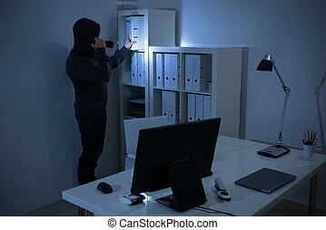 lanterna, documentos, assaltante, procurar, escritório