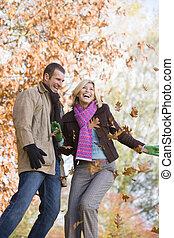 lanzamiento, hojas, teniendo, joven, aire, pareja