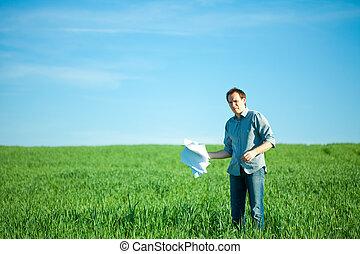 lanzamiento, joven, campo, papel, verde, hombre