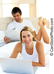 laptop, ładny, używając, leżący, łóżko, kobieta
