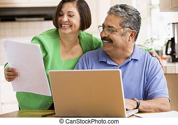 laptop , ζευγάρι , γραφική δουλειά , χαμογελαστά , κουζίνα