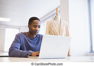 laptop, användande, le, universitet studerande