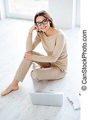 laptop., appartement, femme travail, comment, concept., maison, plancher, jeune, réussi, lunettes, nouveau, quoique, séance, décorer, idée, concepteur, a, plan, indépendant