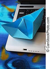 laptop, barca carta, navigazione