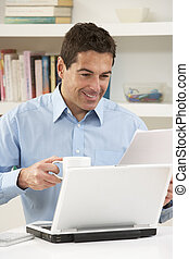 laptop benutzend, mann, arbeitende , daheim