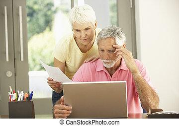 laptop, besorgt, gebrauchend, daheim, ältere paare