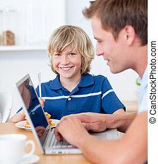 laptop, bezaubernd, seine, haben, während, gebrauchend, vater, junge, fruehstueck