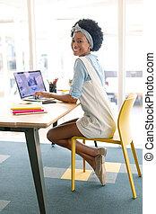 laptop, biurko, samica, graficzny, używając, projektant