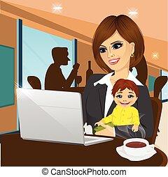 laptop, caffè, sorridente, madre lavorante