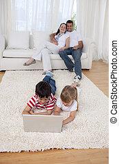 laptop, chão, irmão, living-room, usando, irmã