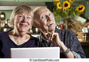 laptop-computer, paar, älter, lächeln