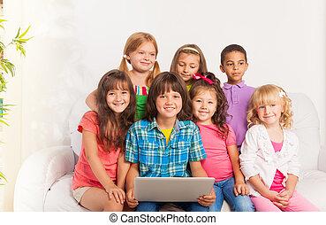 laptop, crianças, grupo, sorrindo