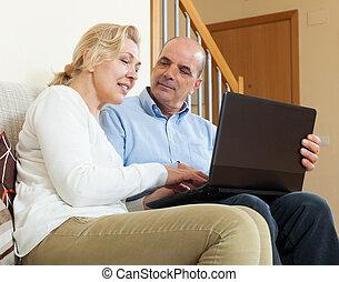 laptop, dojrzała para, szczęśliwy
