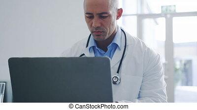 laptop, doktor, samiec, używając, 4k, biuro