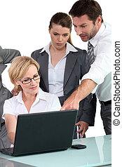 laptop, dookoła, handlowy zaludniają