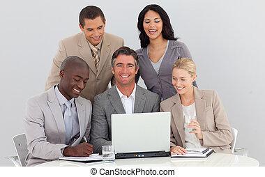 laptop, drużyna, handlowy, używając, multi-ethnic, biuro