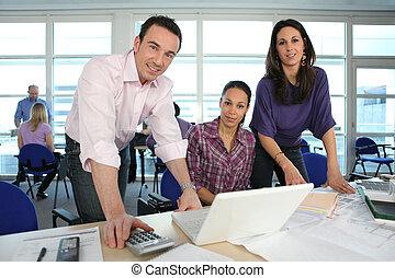 laptop, drużyna, okrągły, pracujący, twórczy