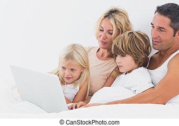 laptop, ekran, oglądając, łóżko, rodzina