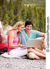 laptop, esterno, coppia campeggia